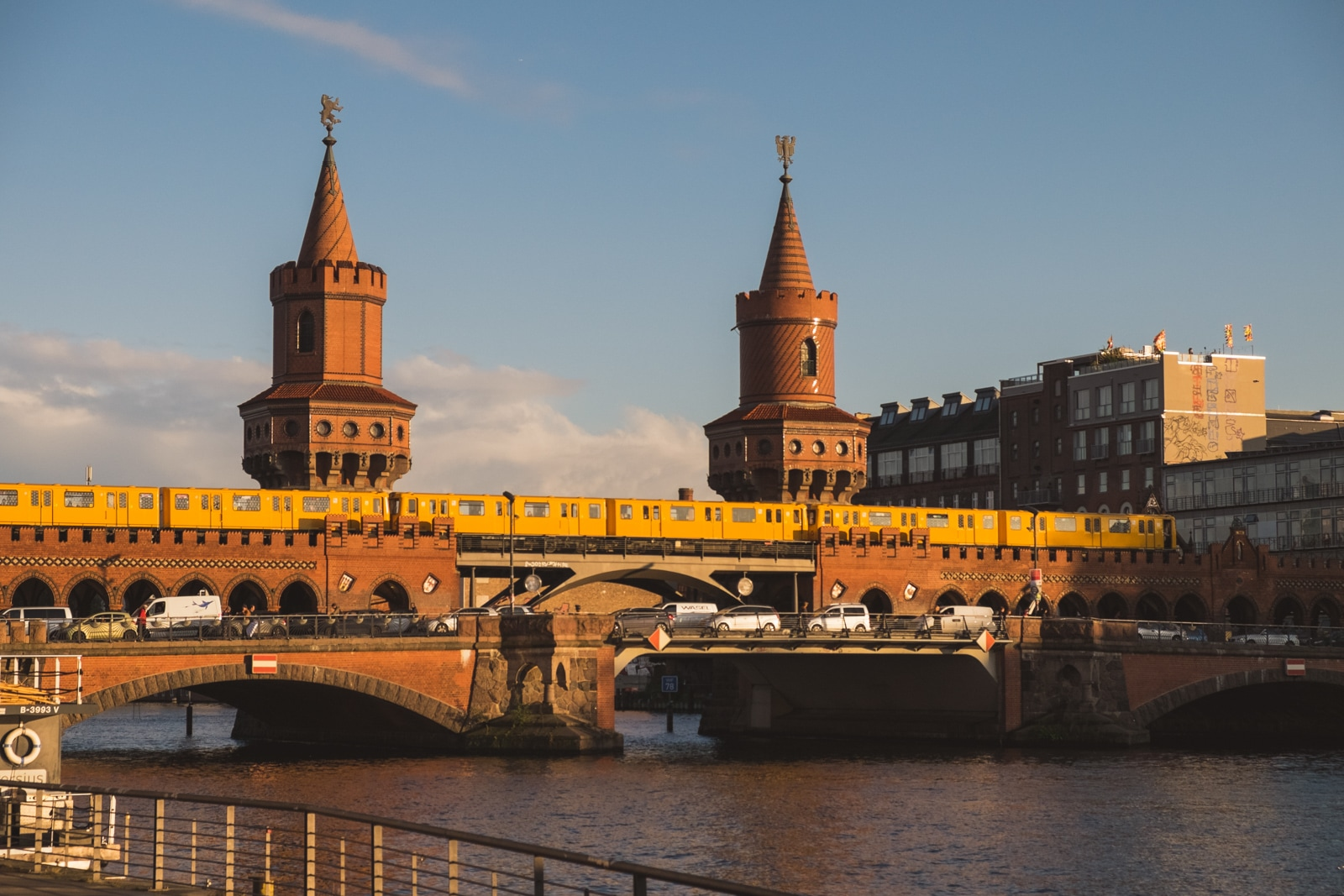Oberbaum Bridge sobre el Río Spree en Berlin